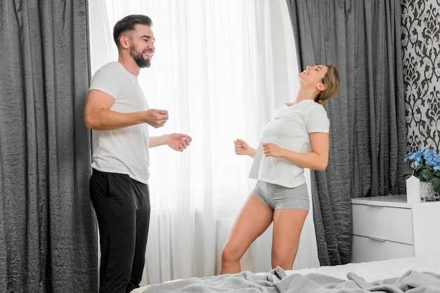 Feliz pareja bailando en el interior