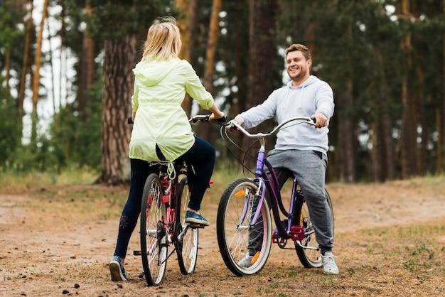 Feliz pareja en bicicleta