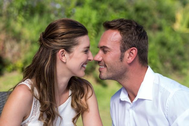 Feliz pareja cara a cara en el parque