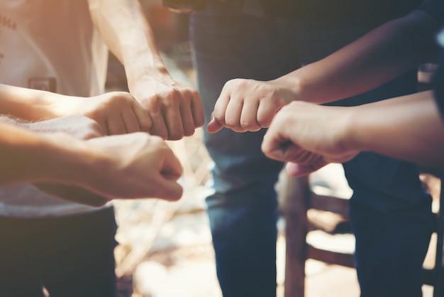 Feliz pareja comunidad manos apilado