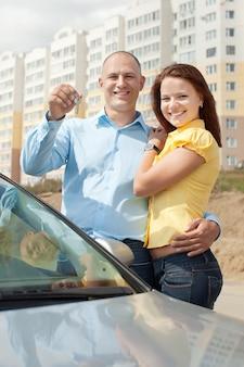 Feliz pareja contra bienes inmuebles