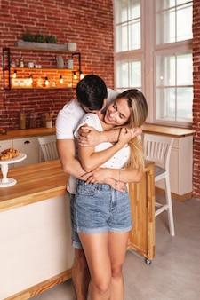 Feliz pareja desayunando en la cocina