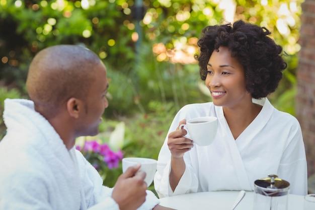 Feliz pareja desayunando en el jardín