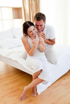 Feliz pareja descubriendo los resultados de una prueba de embarazo