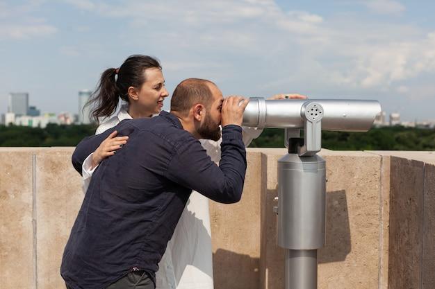 Feliz pareja disfrutando de verano pasar tiempo en la construcción de la torre