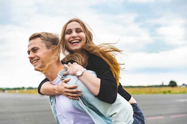 Feliz pareja divirtiéndose y disfrutando de un caballito