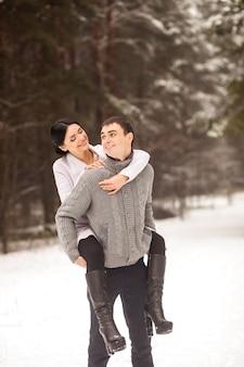 Feliz pareja divirtiendose