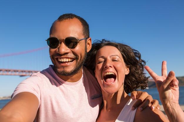 Feliz pareja emocionada disfrutando de vacaciones