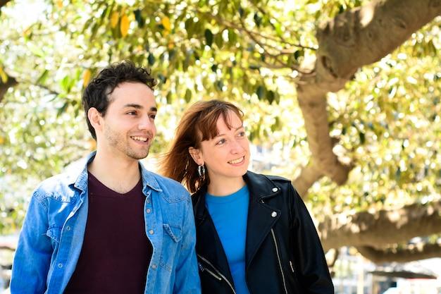 Feliz pareja de enamorados al aire libre.