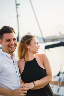 Feliz pareja de enamorados camina en el puerto
