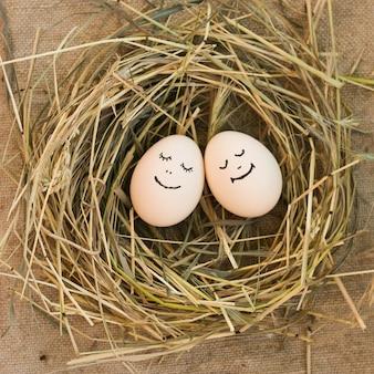 Feliz pareja de enamorados huevos.