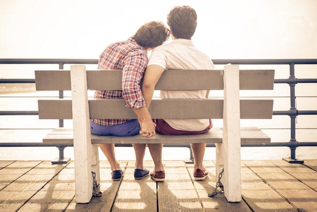 Feliz pareja de enamorados en el muelle