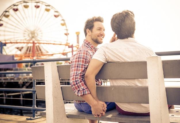 Feliz pareja de enamorados sentados