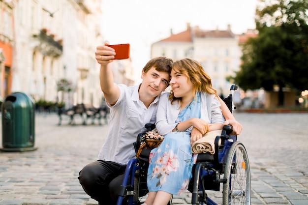 Feliz pareja de enamorados tomando selfie en la ciudad vieja