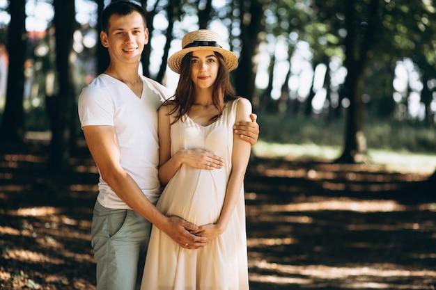 Feliz pareja expatriando a un bebé