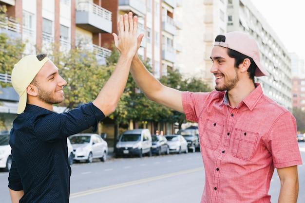 Feliz pareja gay dando alta cinco