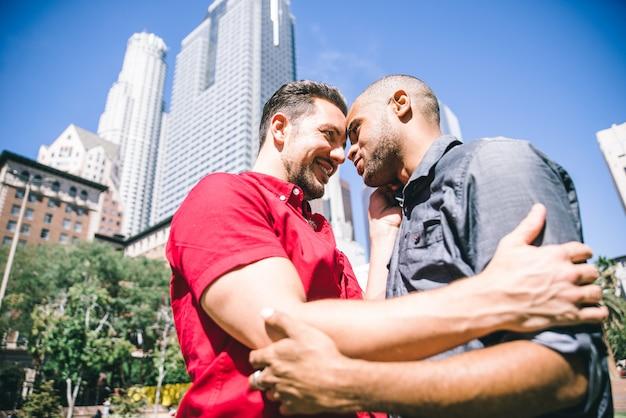 Feliz pareja gay pasar tiempo juntos