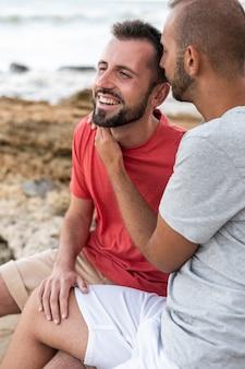 Feliz pareja gay en la playa
