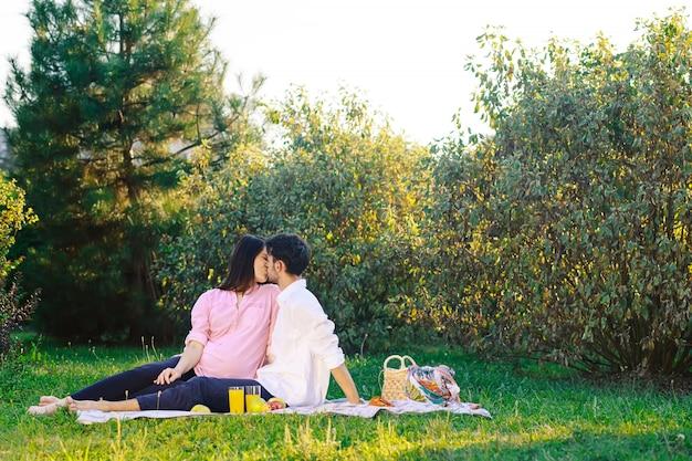 Feliz pareja haciendo un picnic saludable en la naturaleza