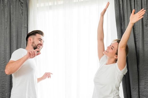 Feliz pareja en el interior haciendo cosas divertidas