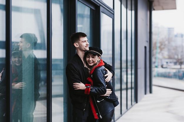 Feliz pareja interracial