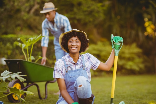 Feliz pareja jardineria juntos