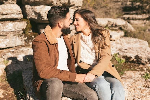 Feliz pareja joven abrazando y mirando el uno al otro
