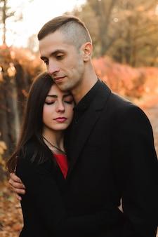 Feliz pareja joven al aire libre en el parque