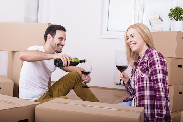 Feliz pareja joven celebrando la mudanza a un nuevo apartamento