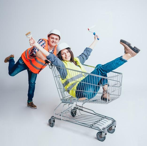 Feliz pareja joven fue de compras para la construcción y reparación de un nuevo hogar.