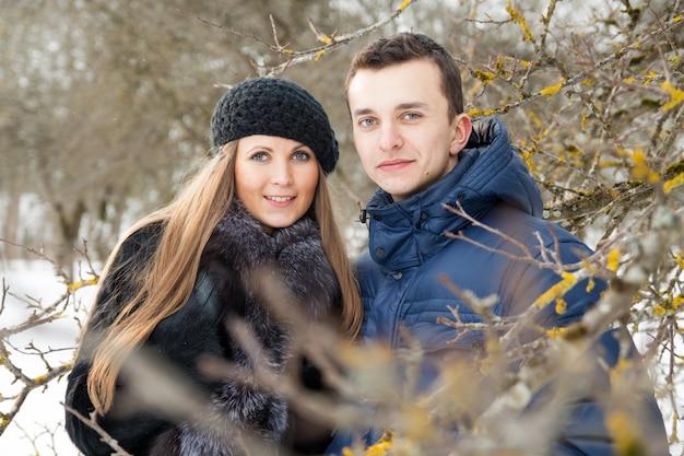 Feliz pareja joven en jardín de invierno