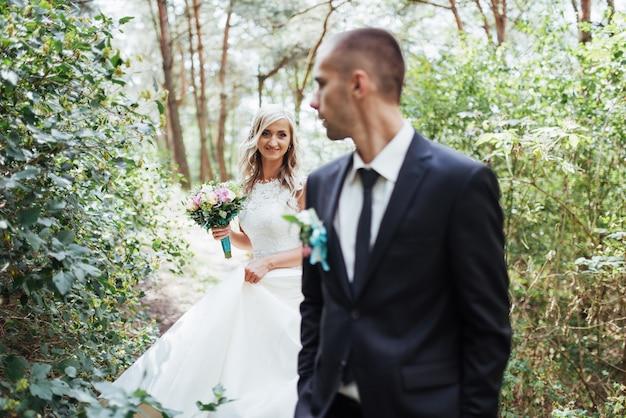 Feliz pareja joven posa para los fotógrafos en su día más feliz.
