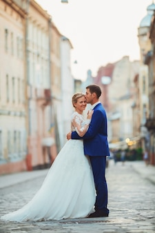 Feliz pareja joven romántica celebrando su matrimonio