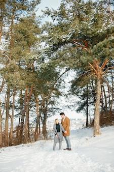 Feliz pareja de jóvenes en el parque