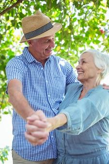 Feliz pareja de jubilados bailando