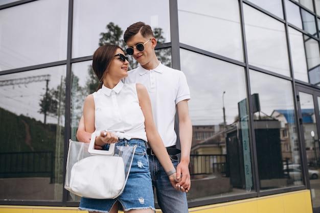 Feliz pareja juntos en la ciudad