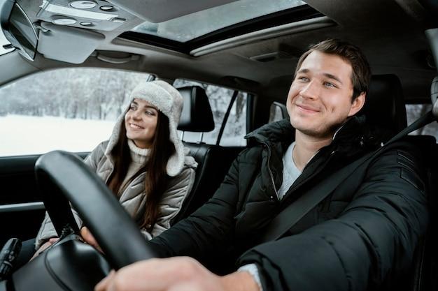 Feliz pareja juntos en el coche durante un viaje por carretera