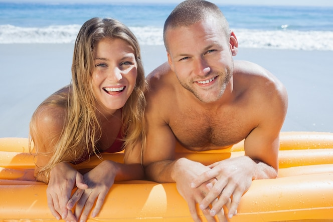 Feliz pareja linda en traje de baño posando