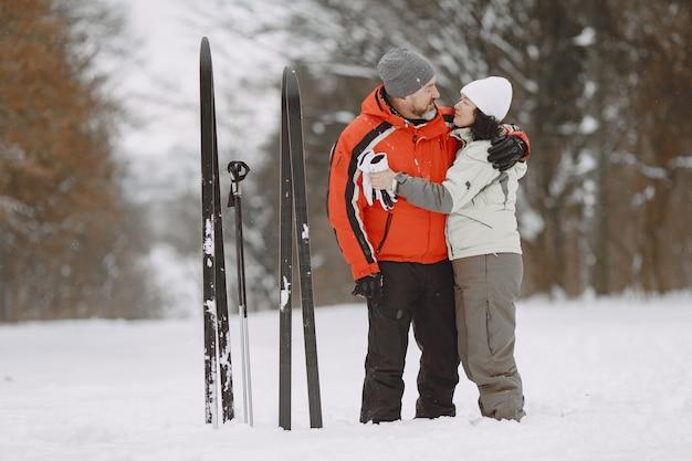 Feliz pareja madura en winter park. personas activewear trekking en el bosque en el tiempo libre.