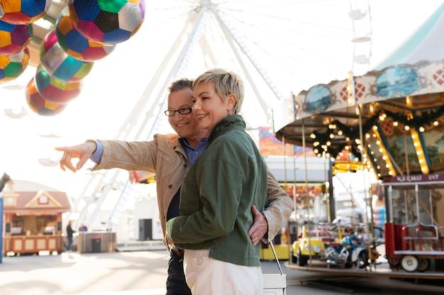 Feliz pareja de mediana edad tener una cita al aire libre