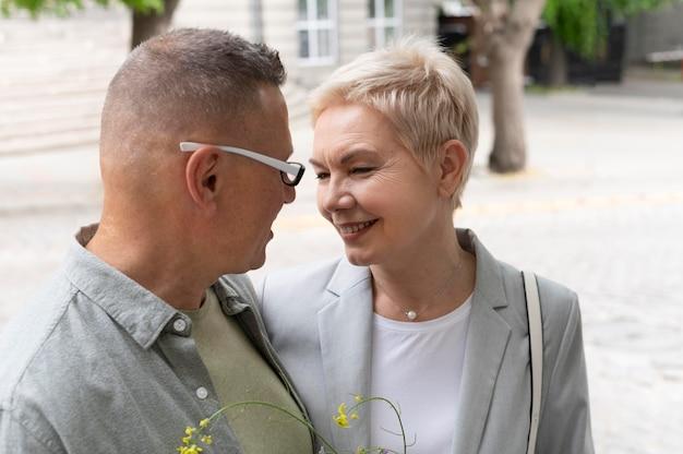 Feliz pareja de mediana edad tener una cita