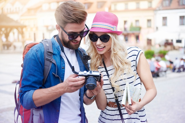 Feliz pareja mirando fotos de vacaciones