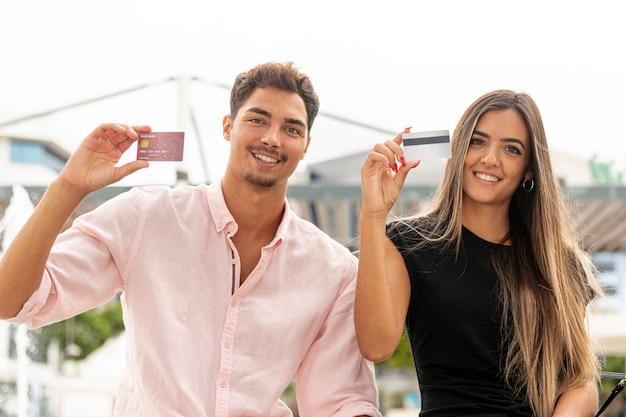 Feliz pareja mostrando tarjeta de fidelidad