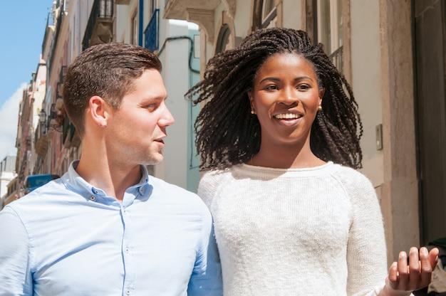 Feliz pareja multiétnica de turistas