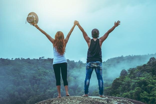 Feliz pareja en la naturaleza