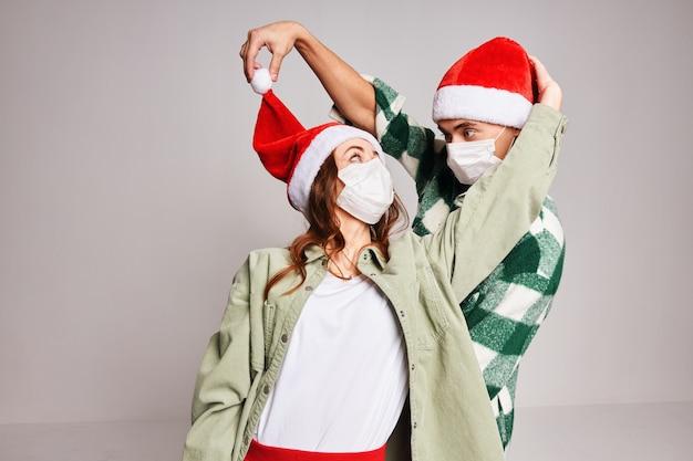 Feliz pareja navidad año nuevo divertidas máscaras médicas vacaciones