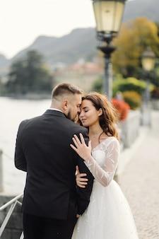 Feliz pareja de novios en el lago de como, italia