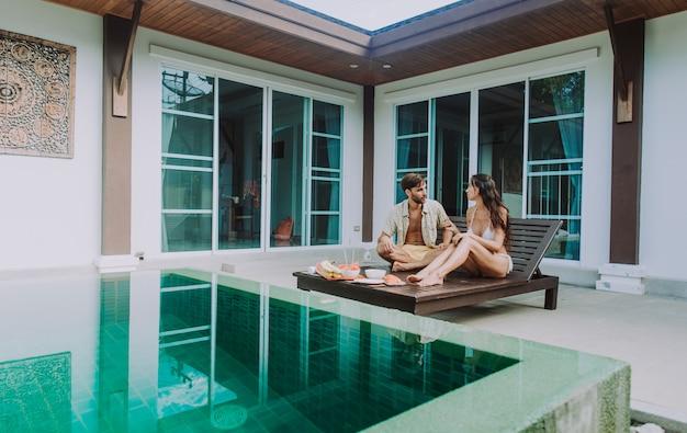Feliz pareja pasar tiempo en una hermosa casa de vacaciones