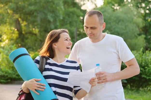 Feliz pareja paseando por el parque