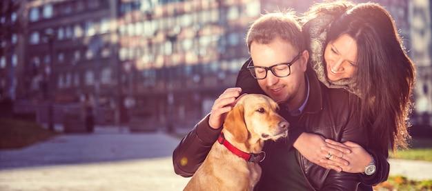 Feliz pareja con un perro